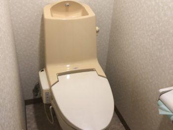 交換前のトイレです。